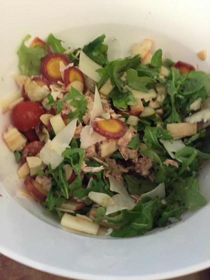 Arugula, carrots, tuna, apple, almonds, cheese, cherry tomatoes, olive oil and vinegar.